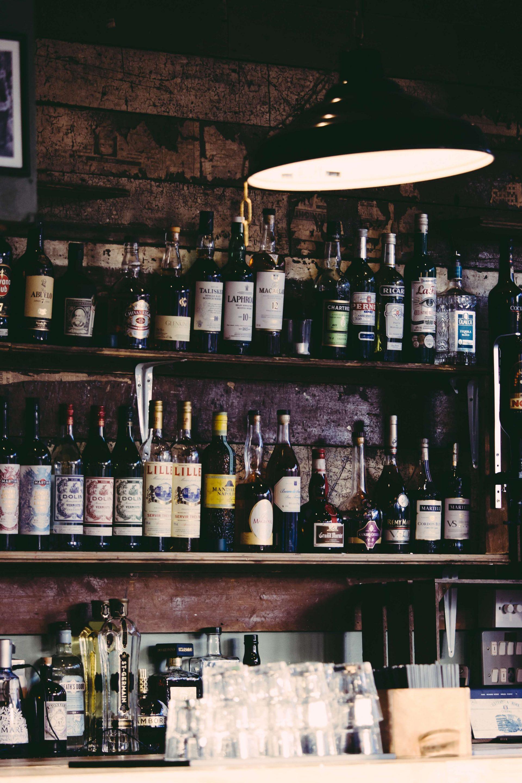 Garrafas em um bar