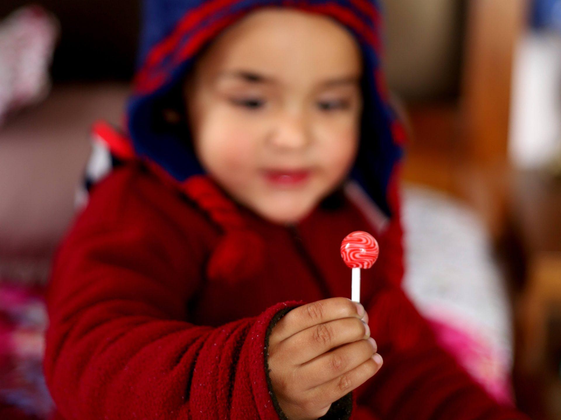 Como roubar doce de criança